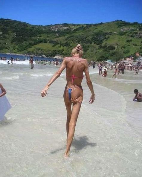 Abuela en bikini 6